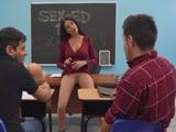 Tremendo descuido de la profesora .., el coño al aire .. !! - Profesoras