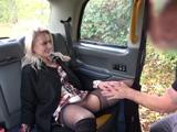 Con tal de no pagar la carrera se deja follar por el taxista - Taxi Porno