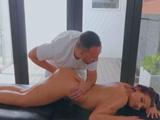 El masajista mete el puño entero en mi vagina sin avisar - Masajes Porno