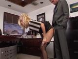 La secretaria MILF se baja las bragas para que la folle - Porno Mix
