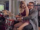La novia de mi hijo quiere aprender a tocar la batería - Xvideos