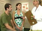 La enfermera y la doctora le cascan un pajote - Masturbaciones