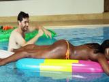La negra se relaja en la piscina, vaya culo gordo que tiene - Negras