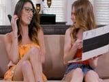 Pillo a mi hija viendo videos porno XXX gratis de lesbianas - Lesbianas