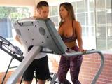 MILF entrenando en el gimnasio con las tetas al aire … - Porno HD