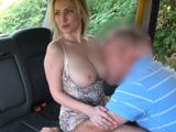 Sigue chupando teta, mi marido no se ha dado ni cuenta - Taxi Porno