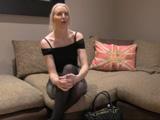 Atractiva MILF rubia nerviosa en la entrevista de trabajo - Rubias