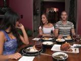Invitamos a mi suegra a cenar, que tetas tiene por cierto - Suegras