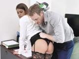 Justo antes de la reunión el director me sube la falda ... - Porno HD