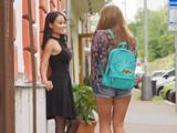 Veo por la calle a una compañera de clase de mi hija - Xvideos