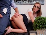 La cerda de su secretaria le deja que la folle cuando quiera - Fotos Porno