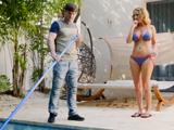 Limpiaba la piscina cuando la señora se paseó en bikini - Amas De Casa