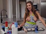 Mi mujer es de las que cocinan con las tetas al aire … !! - Amas De Casa