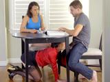 Pero que hace mi suegra metiéndose debajo de la mesa ..? - Sexo Fuerte