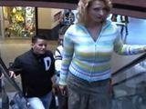Madura ligando en el centro comercial - Trios