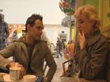 Se liga a un atractivo jovencito en el centro comercial … !! - Abuelas