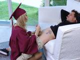 Es su regalo de graduación, una buena polla para ella sola - Guarras