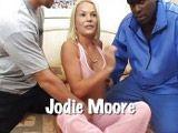 Dos pollas duras para la australiana Jodie Moore - Actrices Porno