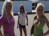 Tres muy buenas amigas pasan el día juntas en el Zoo … - Actrices Porno