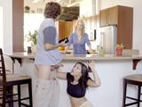 Joder, mi madre casi me pilla chupándole la polla a mi novio - Sexo Fuerte
