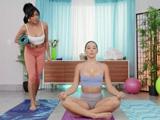 Estamos solas en la clase de yoga, nos lo pasaremos bien - Lesbianas