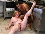 Follando en el suelo de la cocina a su tia madura - Incestos