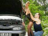 Se le estropea el coche en mitad de la carretera - Milf