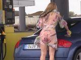 Para a echar gasolina y no lleva bragas !! - Zorras